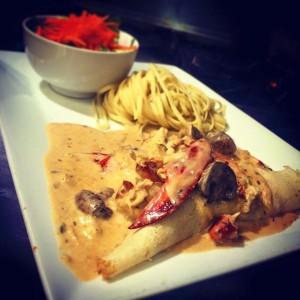 crêpe française garnie de crevettes et chair de homard
