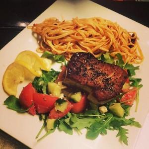Steak de thon sur salade méditerranéenne