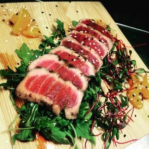 Tataki de thon déposé sur roquette