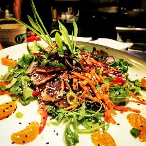 Tataki de thon sur salade estivale